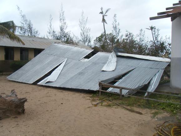 Aus der abgerissenen Dachkonstruktion...